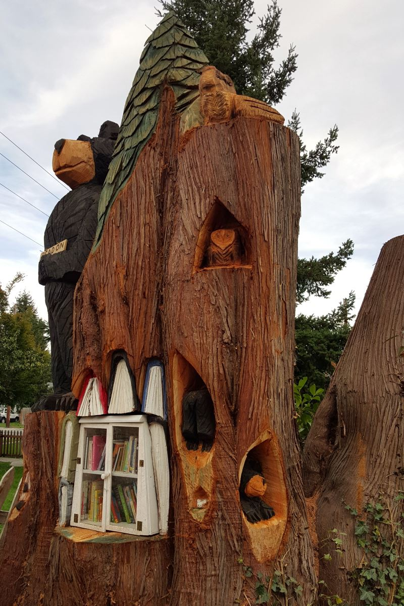 little-free-library-carved-into-cedar-stump_02